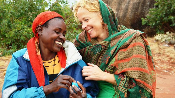 Katja Riemann mit einer Mutter in Burundi. © Claudia Berger